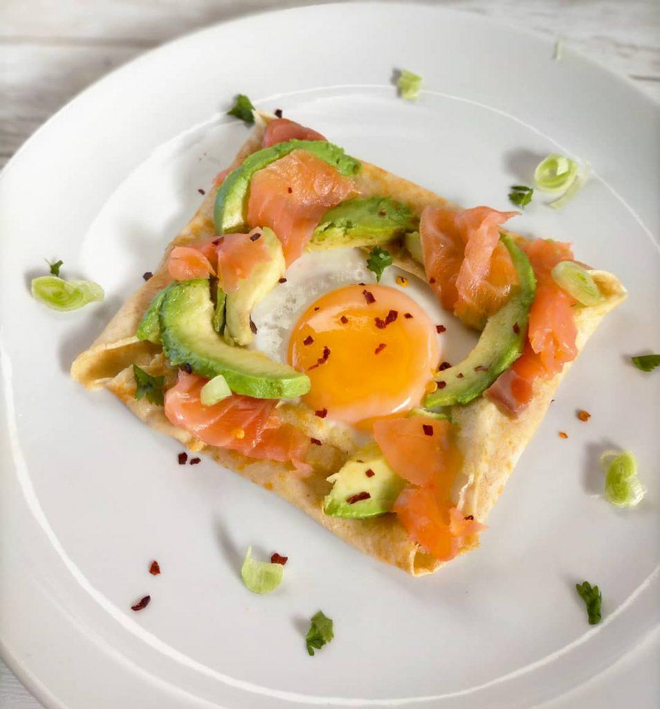 Crepe con huevo, salmón y aguacate