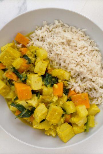 Curry de tofu con boniato, piña y acelgas