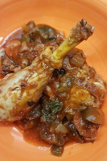 Pollo con tomate y verduras