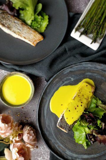 Salmón con salsa de azafrán y coco