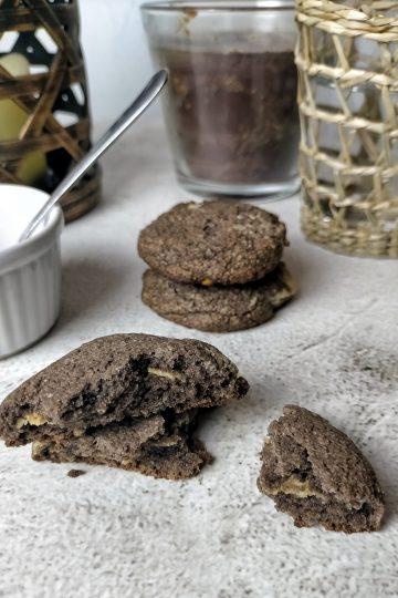 Galletas de cacao rellenas de crema de cacahuete